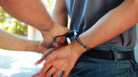 Polisen som arresterar mannen arkivfilmer