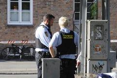 POLISEN SOM KONTROLLERAR KINIF-KAMP PÅ AMAGER Royaltyfri Foto