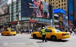 Polisen som riktar trafik Royaltyfria Bilder