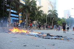Polisen som stridslystnad är van vid, innehåller protester i Rio de Janeiro Arkivbild