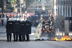 Polisen som stridslystnad är van vid, innehåller protester i Rio de Janeiro Royaltyfri Bild