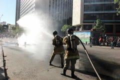 Polisen som stridslystnad är van vid, innehåller protester i Rio de Janeiro Royaltyfri Foto