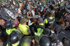 Polisen som varnar en ståtadeltagare i Cotacahi Royaltyfri Bild