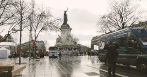 Polisen som verifierar identitet av journalisten i Place de la Republique stock video