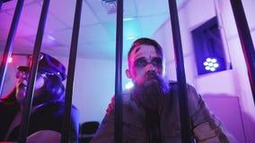 Polisen spelar dragspelet och kontrabasen stock video