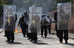 Polisen ställer till upplopp framflyttning Royaltyfri Fotografi
