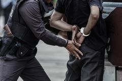 Polisen stålsätter handbojor, den arresterade polisen, den yrkesmässiga polisen måste vara mycket stark, tjänstemannen Arresting Arkivbilder