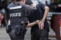 Polisen stålsätter handbojor, den arresterade polisen, den yrkesmässiga polisen måste vara mycket stark, tjänstemannen Arresting Royaltyfri Bild