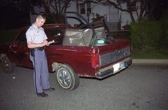 Polisen tar inventarium av en pickup mycket av stal artiklar fotografering för bildbyråer