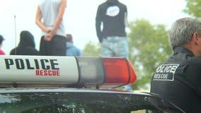 Poliser bilen, polisen man säkrande av händelsen, det säkra medlet, arbetsuppgift lager videofilmer