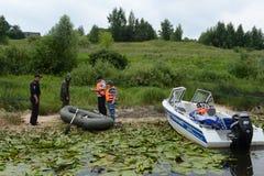 Poliser drar upp ett protokoll för att tjuvjaga på floden royaltyfria foton