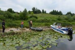 Poliser drar upp ett protokoll för att tjuvjaga på floden royaltyfria bilder
