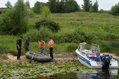 Poliser drar upp ett protokoll för mannen för att tjuvjaga på den Oka floden arkivfoton