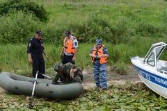 Poliser drar upp ett protokoll för mannen för att tjuvjaga på den Oka floden royaltyfri fotografi