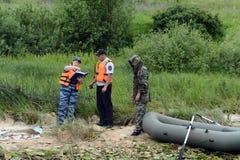 Poliser drar upp ett protokoll för mannen för att tjuvjaga på den Oka floden royaltyfri foto