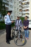 Poliser kontrollerar dokumenten på gatorna av Moskva Arkivbilder