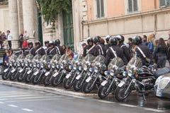 Poliser med motorcykelställningen i rått Arkivfoto