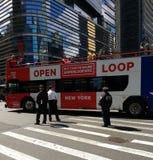 Poliser NYPD, dubbla Decker Tour Bus, NYC, NY, USA Arkivbild