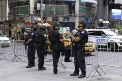 Poliser som bevakar Times Square Royaltyfri Bild