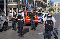 Poliser som bevakar vägen under, bombarderar hot Arkivbild