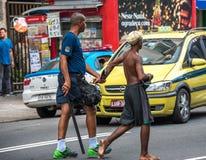Poliser som gör gripande av brottslingar och leder dem för att övervaka Royaltyfria Bilder