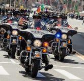 Poliser som rider motorcyklar ståtar in
