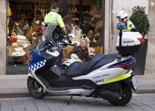 Poliser talar med hemlöns som sitter på ett showfönster av boutique 10 Maj 2010 i Barcelona, Spanien Fotografering för Bildbyråer