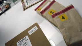 Polisexperten klistrar klistermärken på dossier som stängs av mord arkivfilmer
