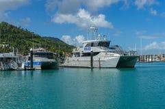 Polisfartyg på att förtöja på Abel Point Marina, Airlie strand Royaltyfri Foto