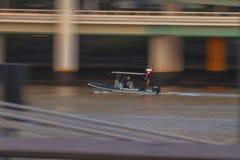 Polisfartyg på floden royaltyfri bild