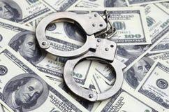 Polishandbojalögn på mycket dollarräkningar Begreppet av olaglig besittning av pengar, olagliga transaktioner med US dollar royaltyfria foton