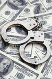 Polishandbojalögn på mycket dollarräkningar Begreppet av olaglig besittning av pengar, olagliga transaktioner med US dollar royaltyfri foto