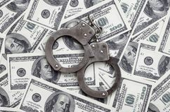 Polishandbojalögn på mycket dollarräkningar Begreppet av olaglig besittning av pengar, olagliga transaktioner med US dollar arkivbilder
