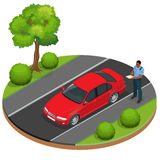 Polishandstil som rusar biljetten för en chaufför Skyddsföreskrifter för vägtrafik Polis som ger en biljett för bad Royaltyfria Bilder
