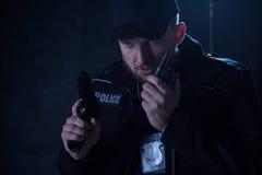 Polisinnehavradio och vapen Royaltyfria Foton