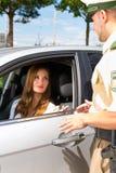 Polisiär kvinna i trafikkränkningen som får jobbanvisningen Royaltyfri Foto