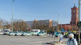 Poliskedja på vägoppositiondemonstrationen Arkivbilder