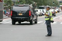 Poliskvinnan riktar trafik Royaltyfri Bild
