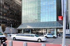 Polislinje gatorna utanför den en Förenta Nationernaplazaen på den första avenyn mellan gator för öst 44th och 45th, Manhattan Arkivfoto