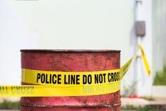 Polislinjen gör inget kors med den röda trumman till skyddsbrottet scen Arkivfoton