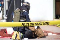 Polislinjen korsar inte med suddig rättsskipningbakgrund royaltyfri foto