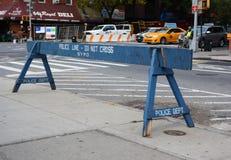 Polislinjen korsar inte träbarriären på en trottoar Royaltyfri Bild