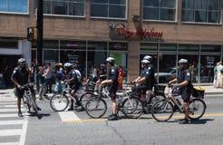 Polismän i Toronto på cyklar Arkivbilder