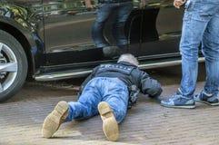 Polisman som kontrollerar bilarna från Entouragen av Obama Barack Leaving The Amstel Hotel på Amsterdam Nederländerna 29-9-2018 royaltyfri foto