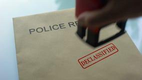 Polisrapporten offentliggjorde och att stämpla skyddsremsan på mapp med viktiga dokument stock video