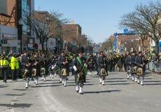 Polissäckpipeblåsare i St Patrick ' s-dagen ståtar Boston, USA Fotografering för Bildbyråer