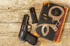 Polisskrivbord Böcker av lagar och polishandbojor Utredning av brottet Top beskådar Lag och beställning royaltyfria bilder