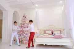 Polissons puérils de deux frères de jumeaux et de combat innocent pour Photographie stock libre de droits