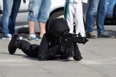 Polisspecialförband i handling royaltyfria bilder