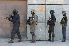 Polisspecialförband i handling arkivbilder
